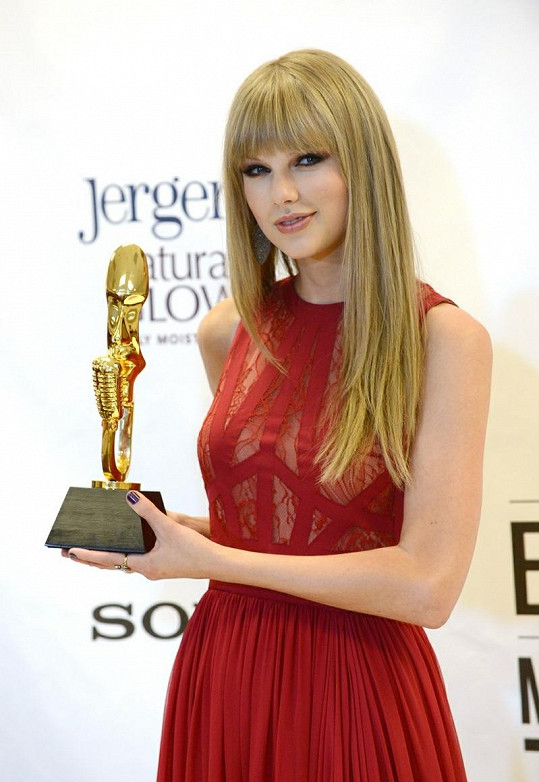 """Taylor Swift v šatech stejného návrhu převzala ocenění v kategorii """"Žena roku"""" během udílení cen 2012 Billboard Music Awards."""