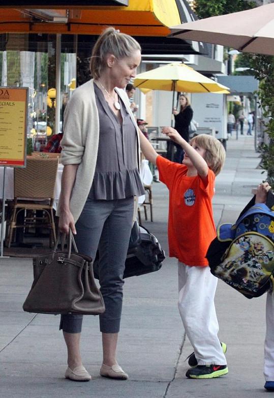 Sharon Stone se svým synem. Po návštěvě pizzerie se dožadoval polibku a sápal se po mamince.