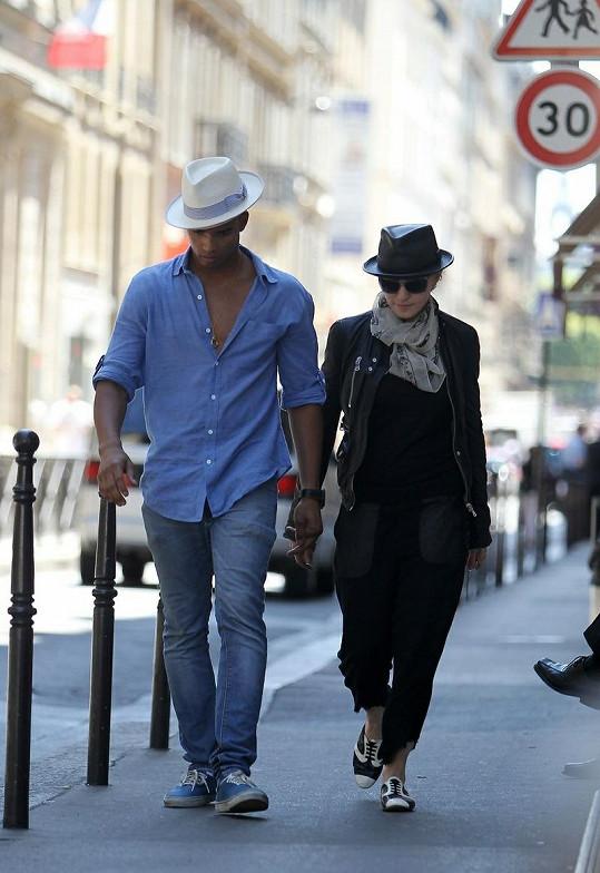 Madonna a její milenec Brahim v Paříži před hotelem Ritz.