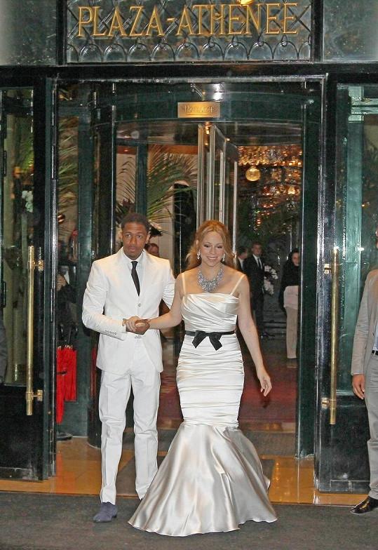 Mariah Carey s manželem Nickem Cannonem před hotelem Plaza Athenee.