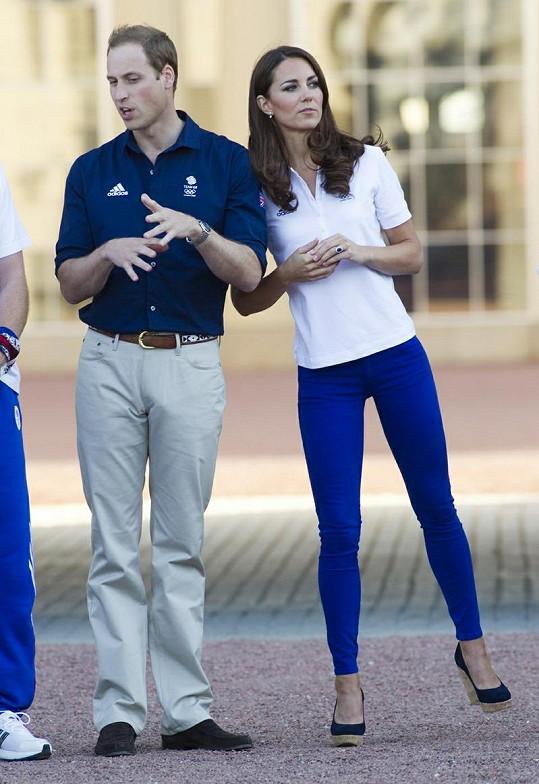 V těsných kalhotách vynikne princeznina dokonalá postava.