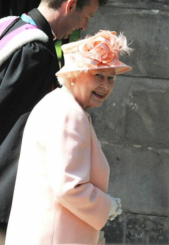 Babička nevěsty královna Alžběta II.