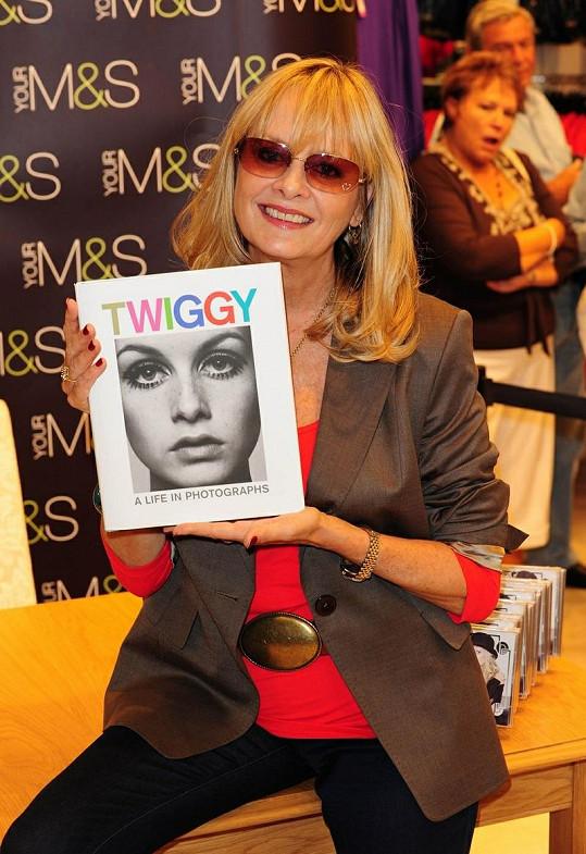 Twiggy se svou knihou.