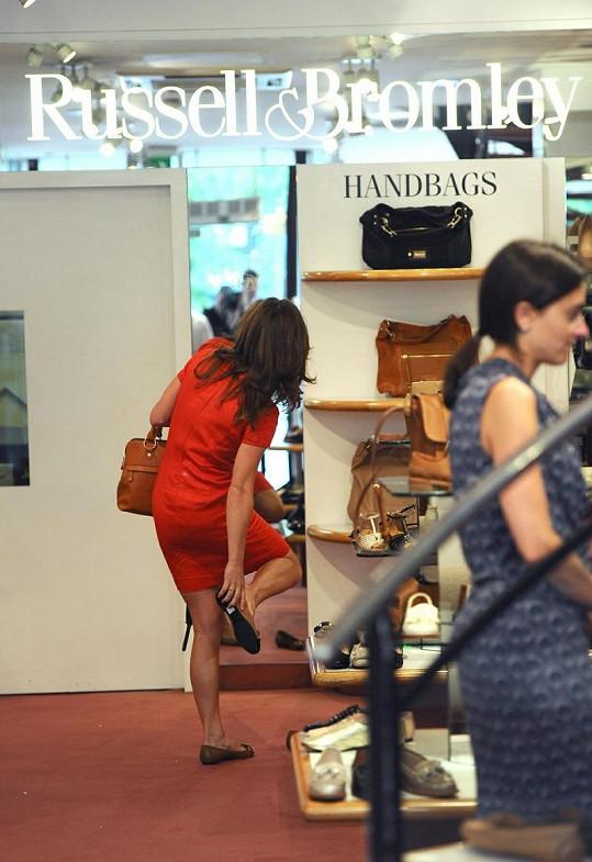 Pippa si v obchodě Russel&Bromley zkouší nové boty.
