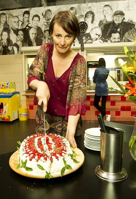 Do narozeninového dortu se Lenka pustila s vervou.