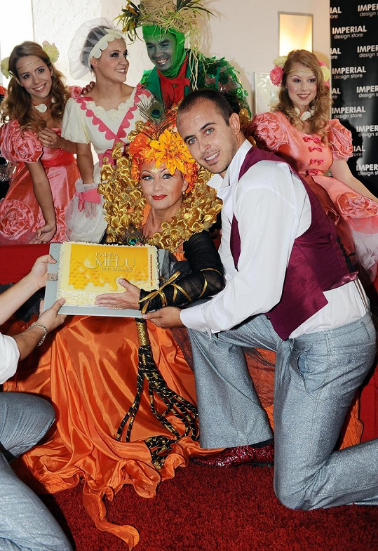 Největší hvězda muzikálu Bára Basiková dostala za úkol rozkrájet dort.