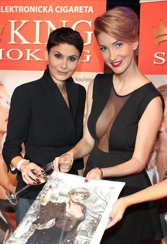 Vlaďka Erbová s Dominikou Mesarošovou a jejím kalendářem.