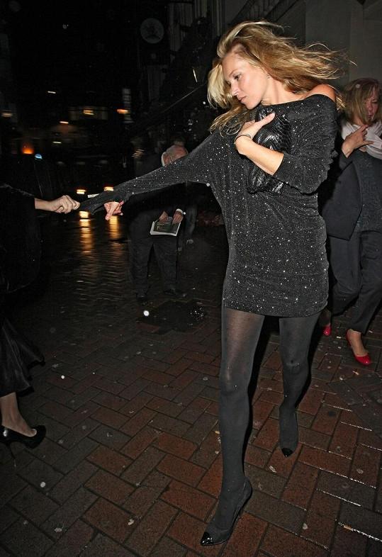 Kamarádka táhne Kate Moss do hotelu.