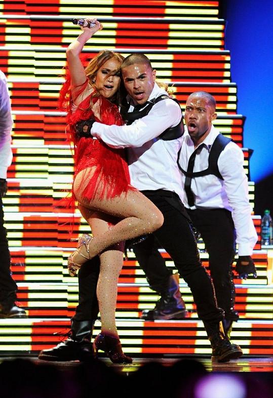 Jennifer při svůdném tanci se členem taneční skupiny.