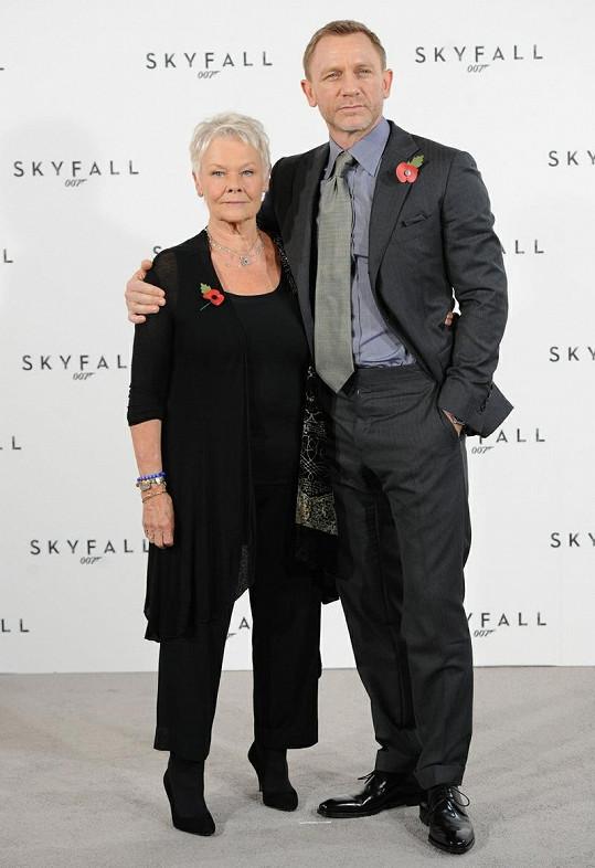 Judi Dench a Daniel Craig.
