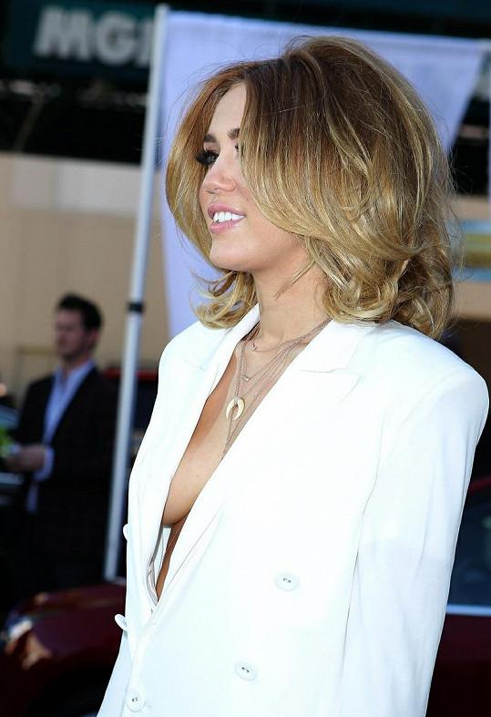 Miley Cyrus nechybí odvaha.