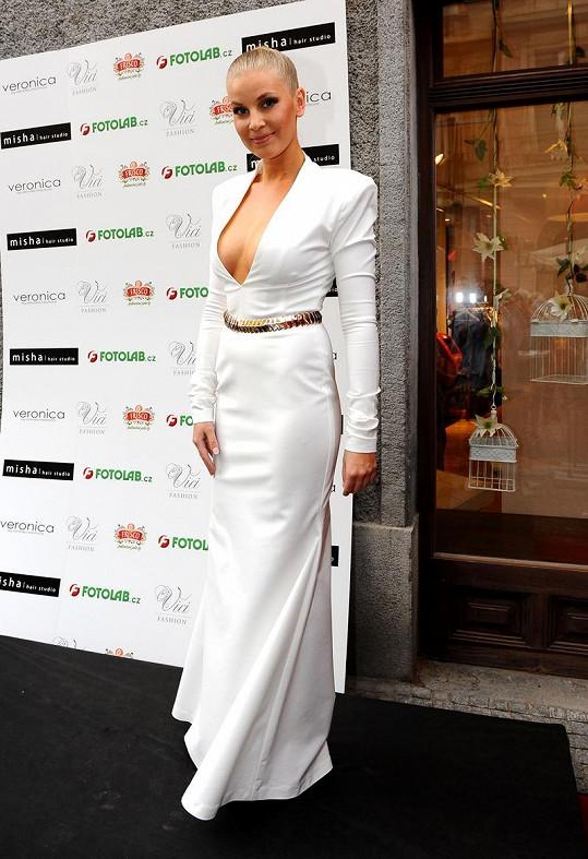 Šaty s dráždivým výstřihem, které Veronika oblékla na finále České Miss, předvedla Hana Věrná.