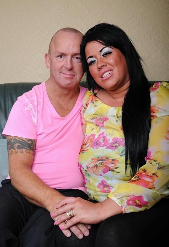 Lisa Hind a její řidič autobusu Steve, který musí všechny její zkrášlovací procedury platit.