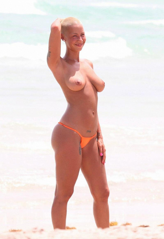 Amber Rose se před dvěma lety v Miami odvážila odhodit horní díl plavek.