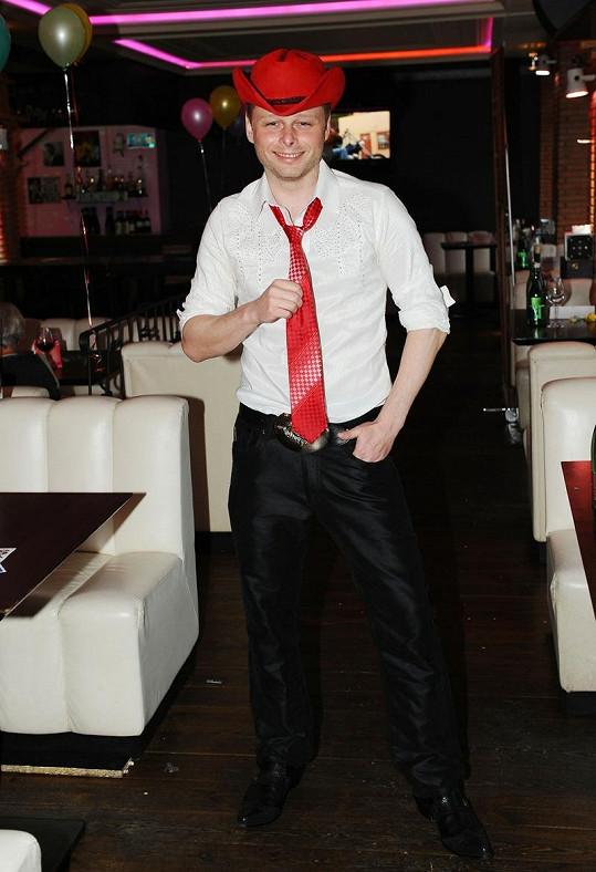 Jarek Šimek si vzal červený klobouk a kravatu, aby ladil s Adélou.