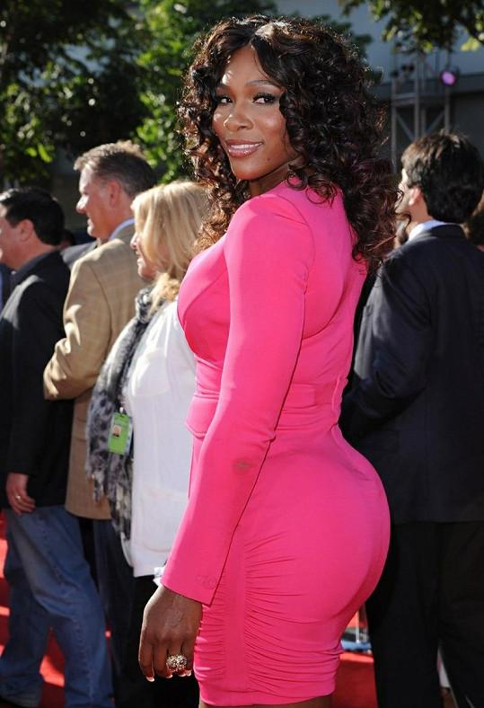 Williams to v růžových šatech náramně slušelo.