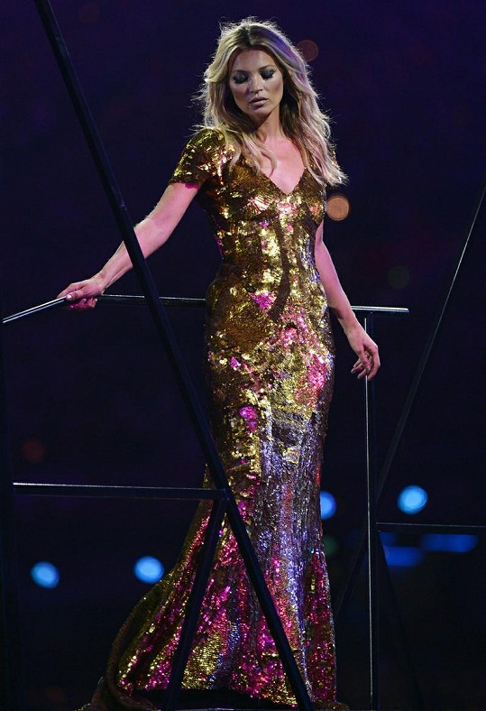 Britská modelka v šatech od Alexandera McQueena.