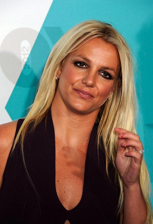 Britney Spears a její nehezké nehty.