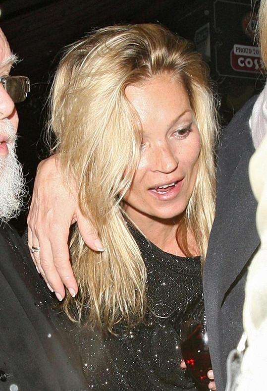 Kate Moss měla nepřítomný pohled.