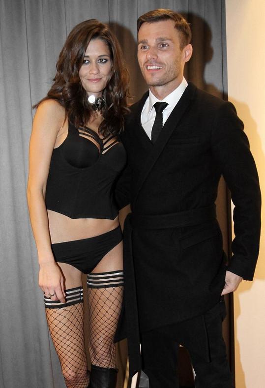 Hrdý moderátor po boku své nádherné přítelkyně.
