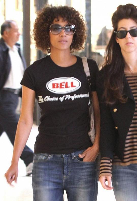 Známá herečka si vyšla na nákupy s kamarádkou.