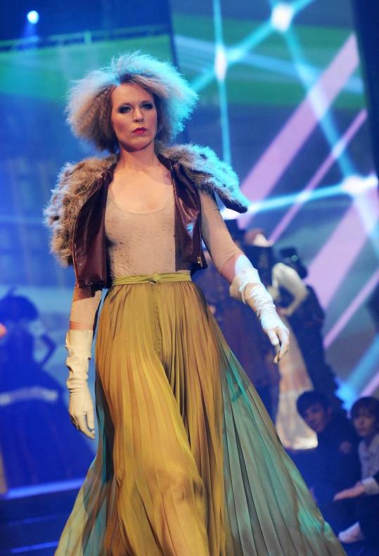 Diana Kobzanová v modelu, kde jí byla vidět ňadra.