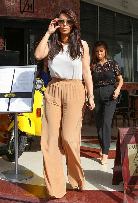 Kim Kardashian zašla se sestrou Kourtney a bratrem Robem na oběd.