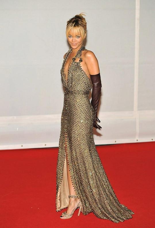 Šaty z nadcházející jarní couture kolekce Givenchy doplňují originální dlouhé kožené rukavičky a střevíčky s kameny stejné značky.