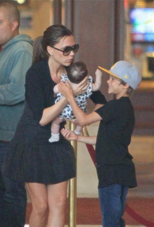 Victoria předává Harper synovi Romeovi.