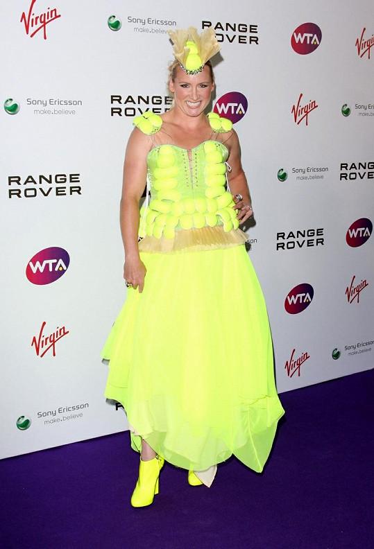 Tenistka se stylově oblékla do šatů posetých tenisovými míčky.