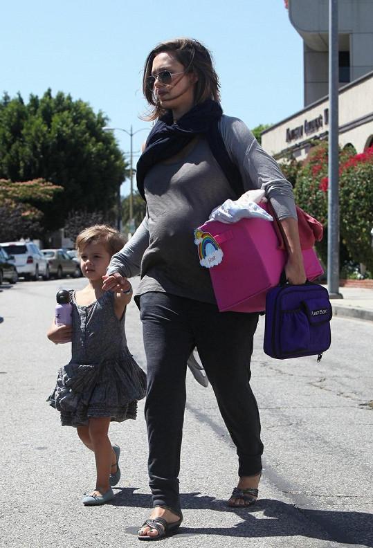 Těhotná Jessica si vyzvedla dcerku ve školce.