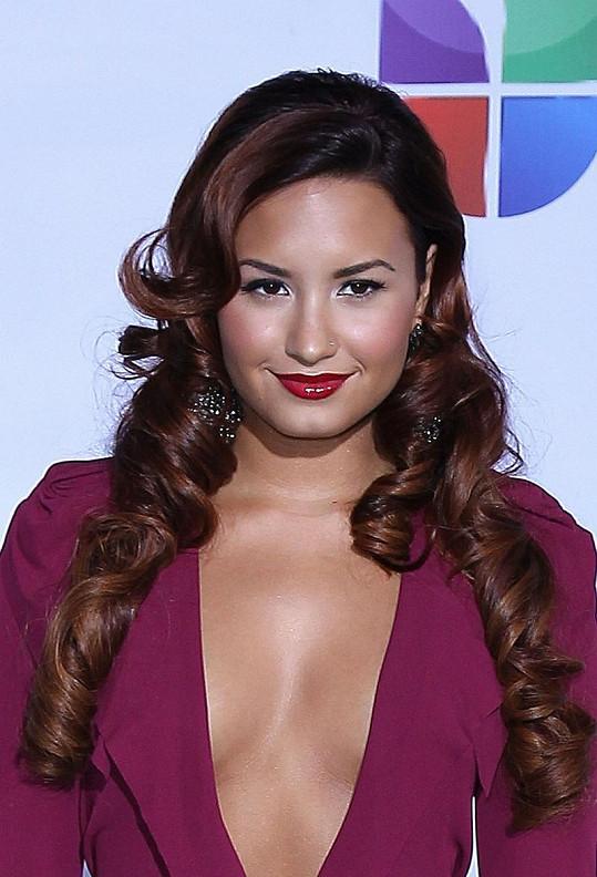 Devatenáctiletá Demi Lovato v odvážné róbě.