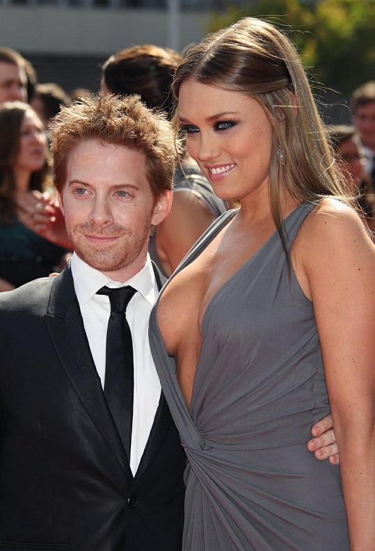 Seth Green a jeho téměř o 10 čísel vyšší žena Clare Grant.