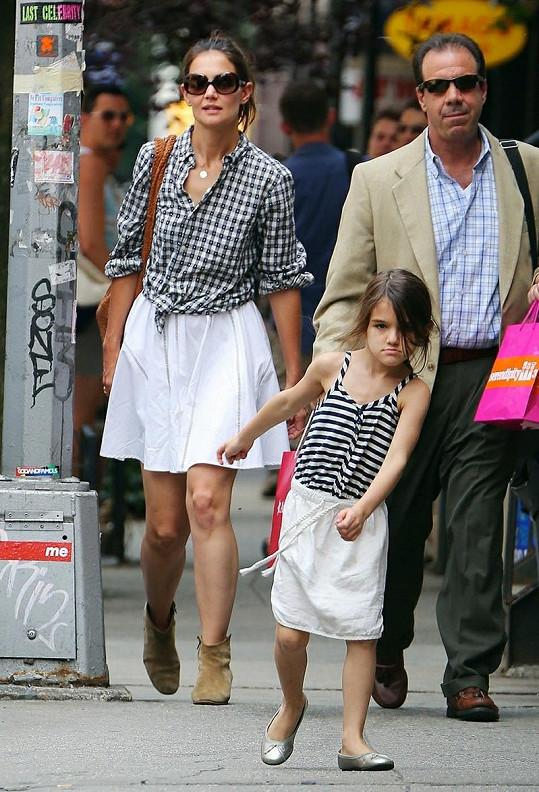 Manželka Toma Cruise si fotografů nevšímala, zato Suri nešetřila úšklebky.
