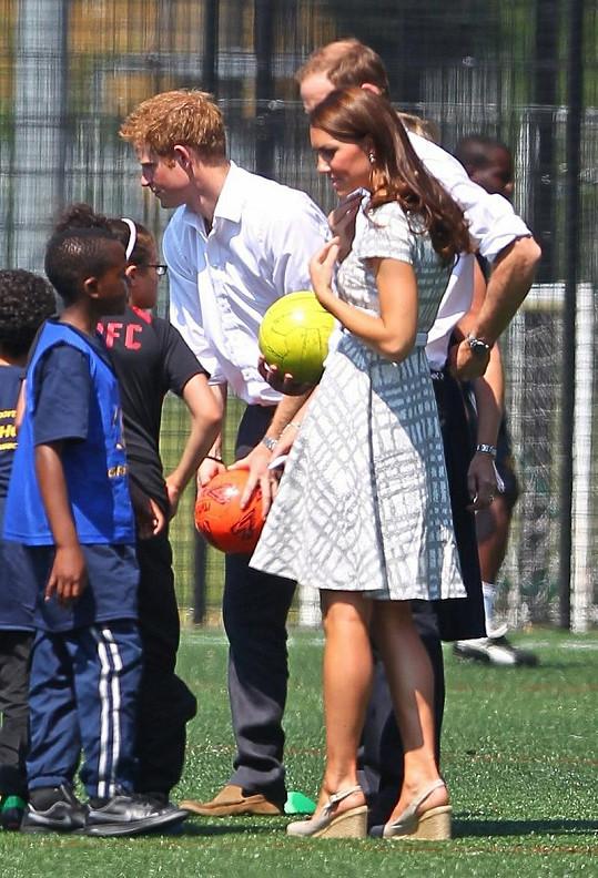 Oba princové si také zakopali a popovídali si s nadějnými malými fotbalisty.