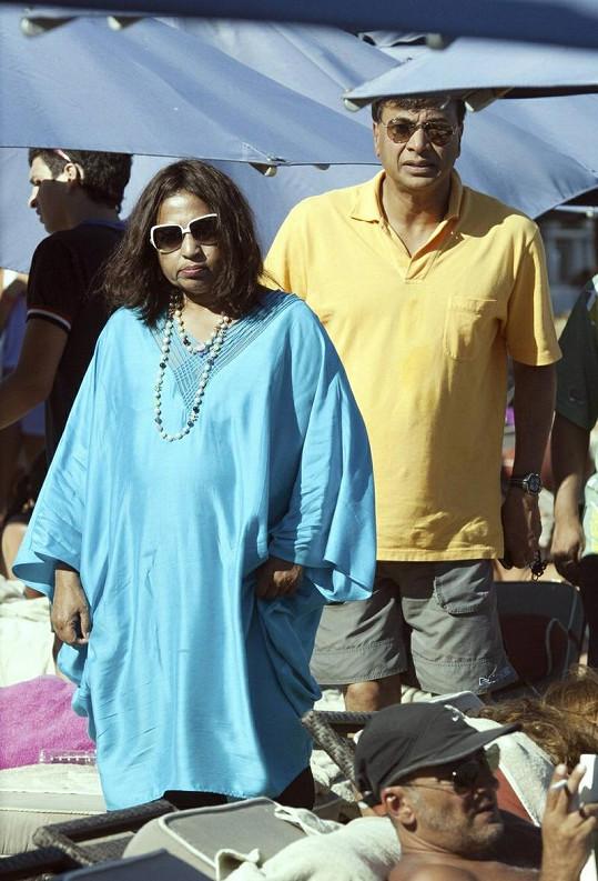 Mittal s manželkou Ushou na pláži.