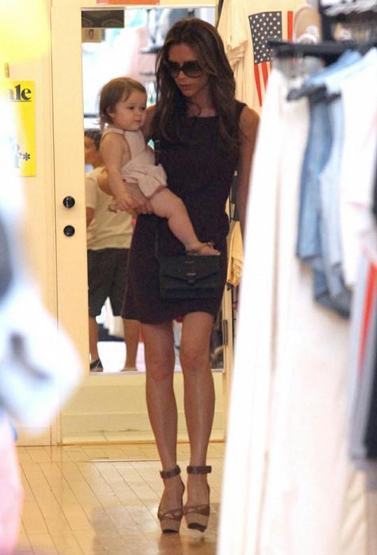 Victoria na nákupech s dcerkou na ruce.