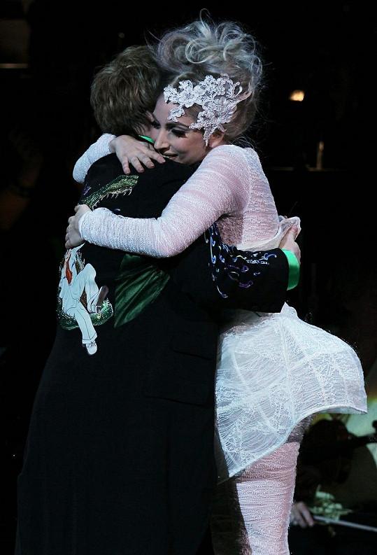 Elton John a Lady Gaga k sobě mají velmi blízko.