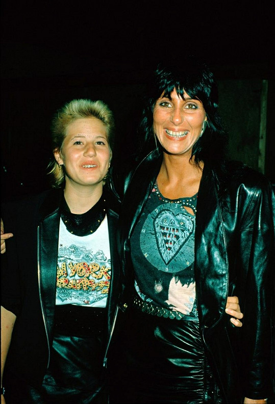 Cher a Chastity Bono v roce 1990.