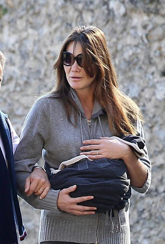 Carla Bruni vypadala velmi unaveně.