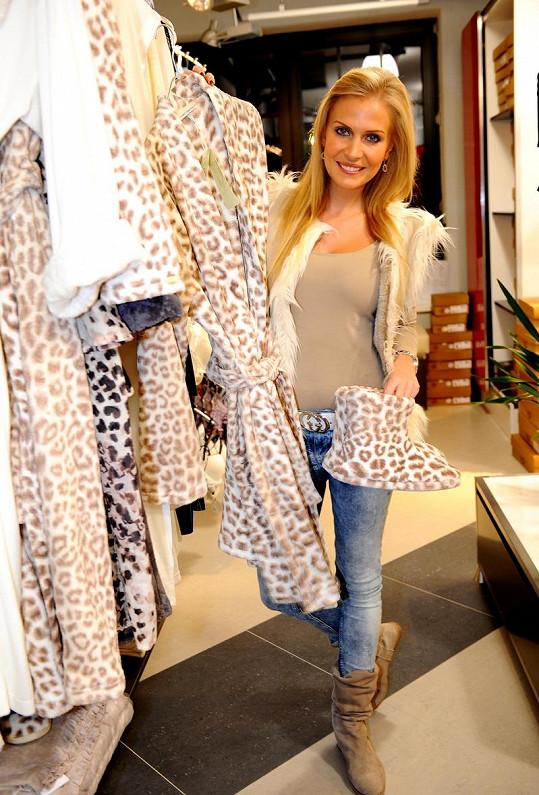 Michaela Ochotská se na vánočních nákupech zamilovala do leopardího župánku s botičkami se stejným vzorem.