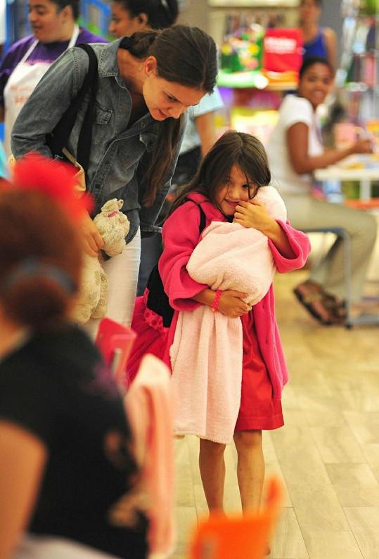 Suri Cruise s maminkou Katie Holmes v nákupním centru.