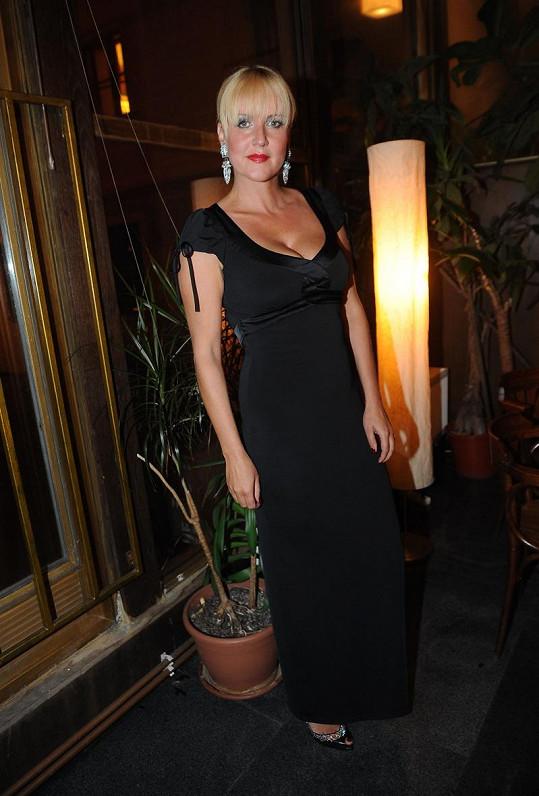 Černé šaty od Táni Kovaříkové už Vendula párkrát na sobě měla.