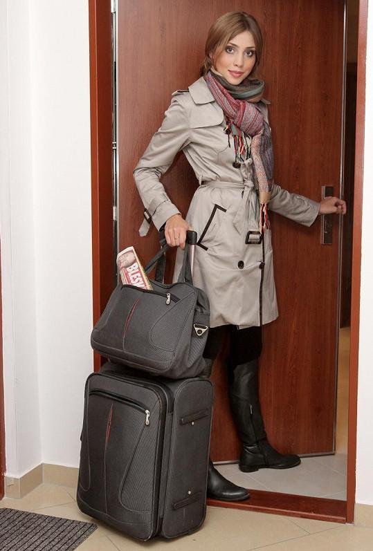 Denisa Domanská s kufry před odletem. Ten největší si nechala odvézt.