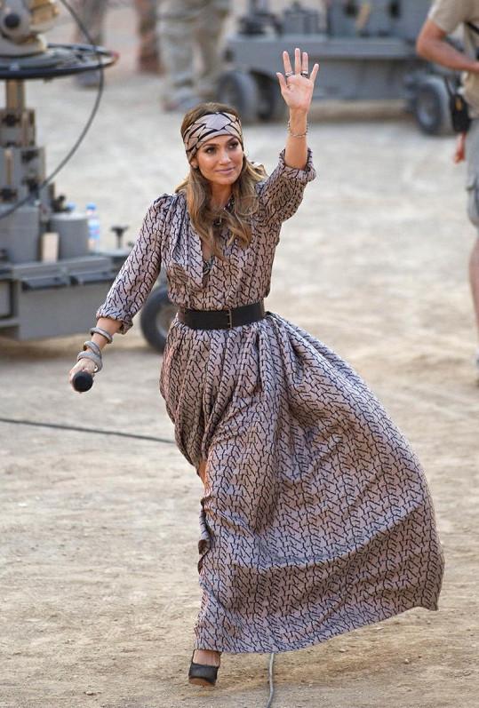 Jennifer Lopez měla krásné šaty Lanvin, hluboký výstřih ji však zradil.