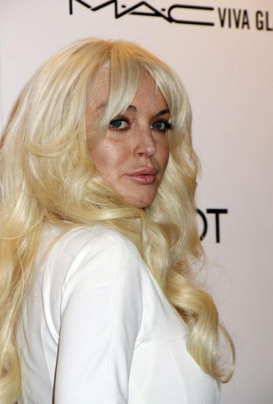 Kontrast světlých vlasů a tmavého obočí není úplně to pravé ořechové.