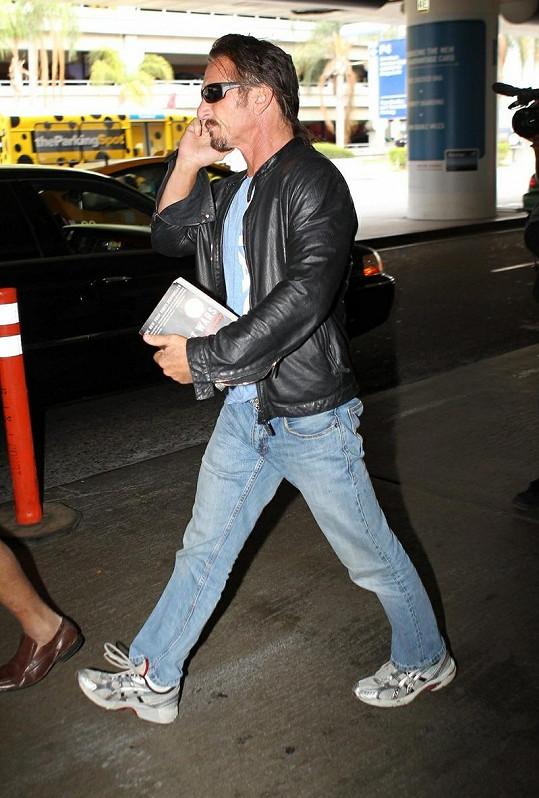 Sean Penn zakrývá pleš culíkem.