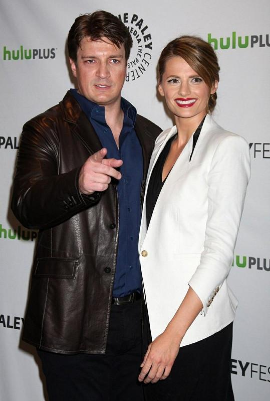 Herci Nathan Fillion a Stana Katić se prý ve skutečnosti nesnášejí.
