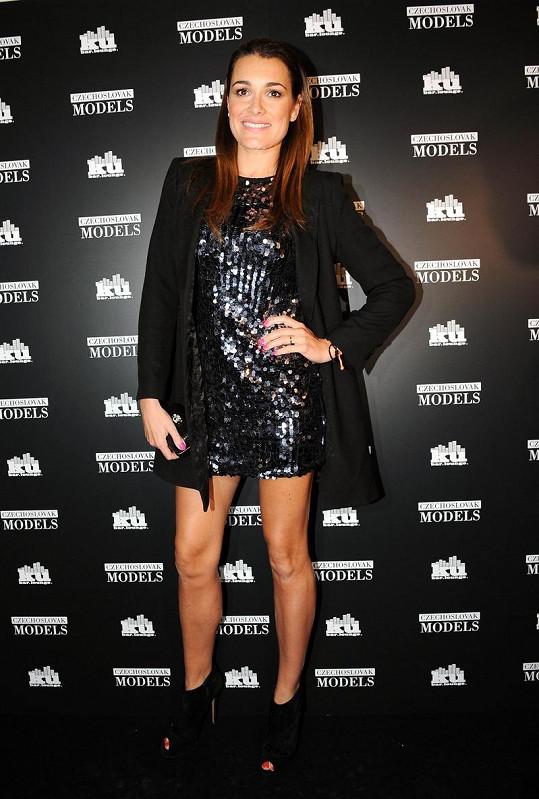 Alena dorazila na večírek v krátkých šatičkách Dolce & Gabbana.