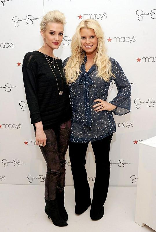 Jessica Simpson se sestrou Ashlee na autogramiádě.